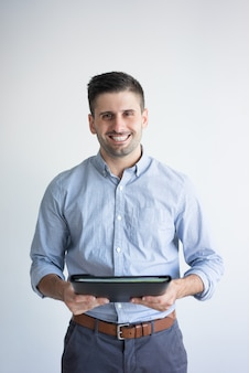 Portret van de glimlachende omslag van de zakenmanholding met documenten.