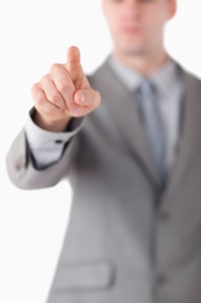 Portret van de hand van een zakenman wat betreft iets