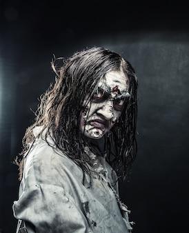 Portret van de horror zombie vrouw met bloederig gezicht. halloween. eng.