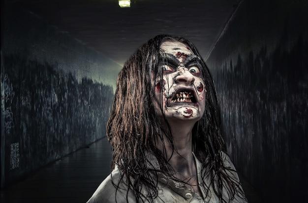 Portret van de horror zombie vrouw met bloederig gezicht