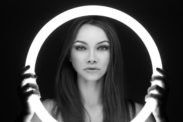 Portret van de jonge buitenaardse vrouw