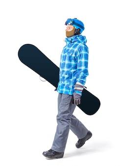 Portret van de jonge die mens in sportkleding met snowboard op wit wordt geïsoleerd