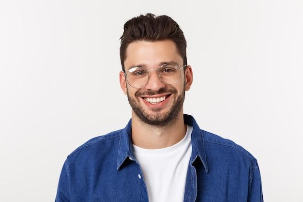 Portret van de jonge gelukkige glimlachende knappe die man op een wit wordt geïsoleerd