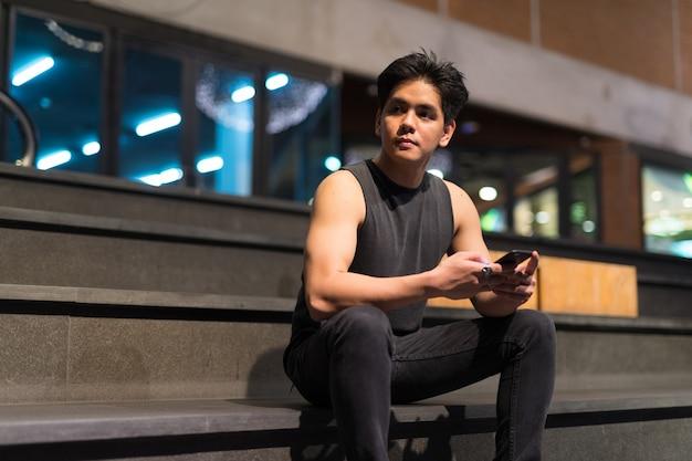 Portret van de jonge knappe filipijnse man in de stad bangkok, thailand