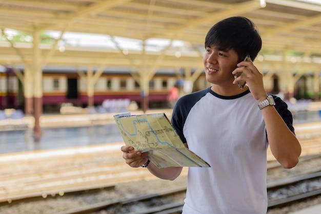 Portret van de jonge knappe filipijnse toeristenmens bij het treinstation van hua lamphong in bangkok