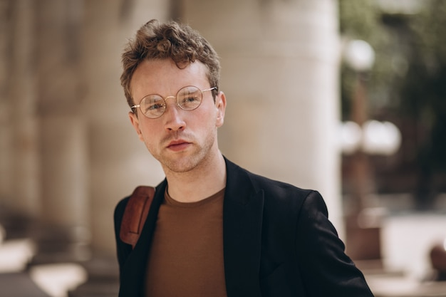 Portret van de jonge knappe man in een bril