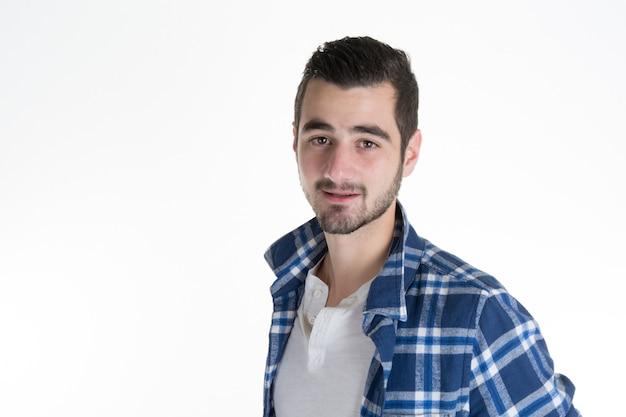 Portret van de jonge latijnse die mens op wit wordt geïsoleerd