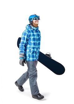 Portret van de jonge mens in geïsoleerde sportkleding met snowboard