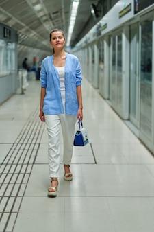 Portret van de jonge vrouw in metro metro