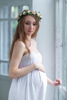 Portret van de jonge zwangere vrouw