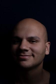Portret van de kale man op zwarte achtergrond