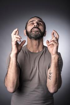 Portret van de kaukasische mens die vinger kruist