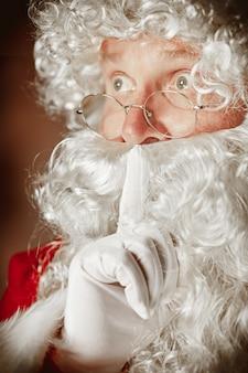Portret van de kerstman in rood kostuum