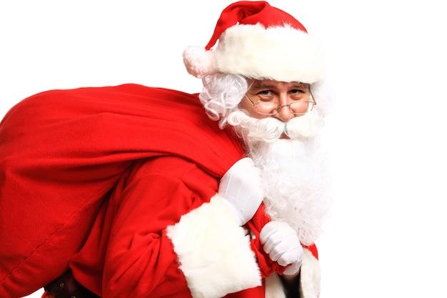 Portret van de kerstman met enorme zak camera kijken