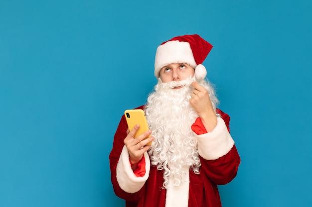 Portret van de kerstman met telefoon