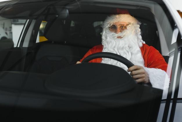 Portret van de kerstman. sinterklaas rijdt in zijn auto