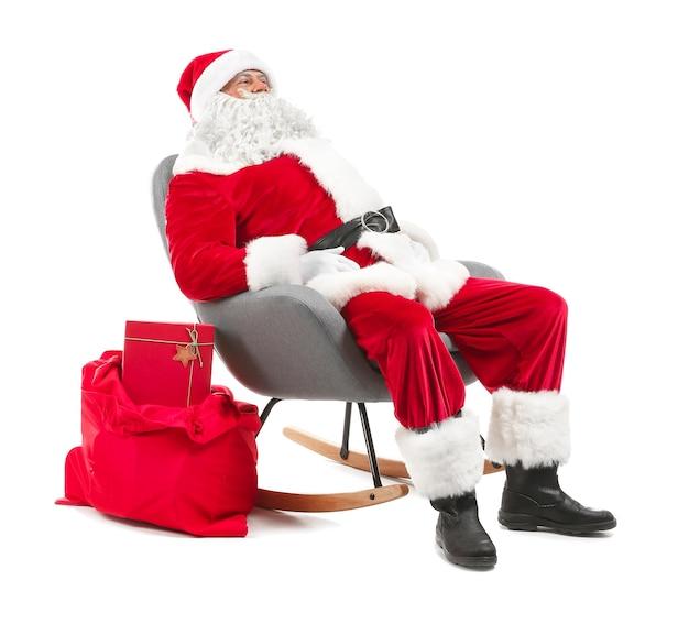 Portret van de kerstman zittend in een stoel tegen een witte achtergrond