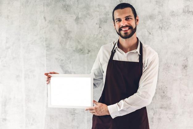 Portret van de knappe bebaarde baristamens