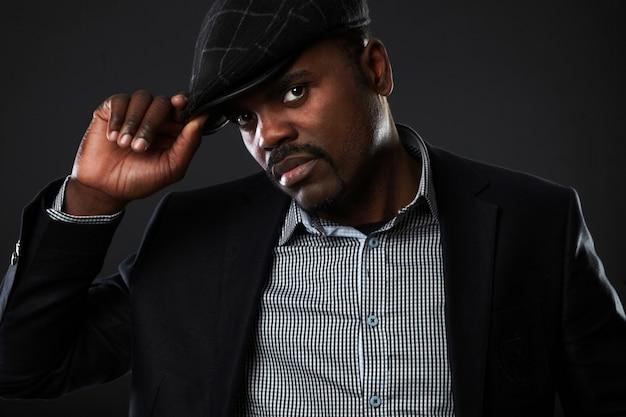 Portret van de knappe bedrijfs zwarte mens in studio