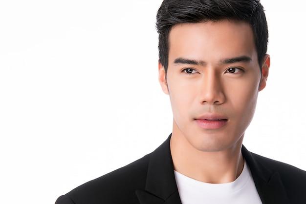 Portret van de knappe jonge aziatische geïsoleerde mens.
