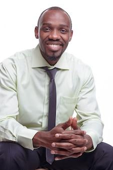 Portret van de knappe jonge zwarte afrikaanse lachende man