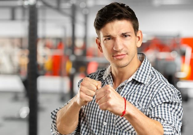Portret van de knappe man klaar om te vechten