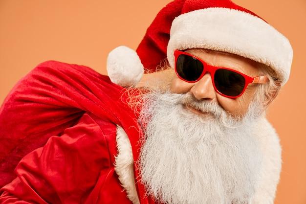 Portret van de koele kerstman die trendy zonnebril draagt