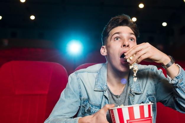 Portret van de man in de bioscoop