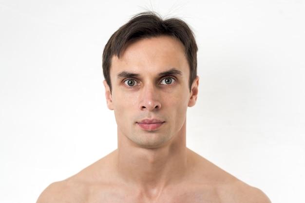 Portret van de man kijkt naar de camera