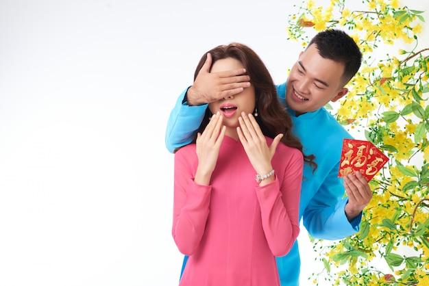 Portret van de mens die de verrassing van het de lentefestival maakt aan zijn echtgenoot