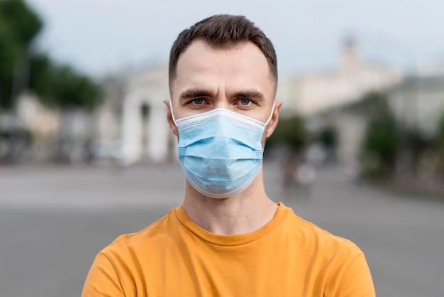 Portret van de mens die een medisch masker draagt