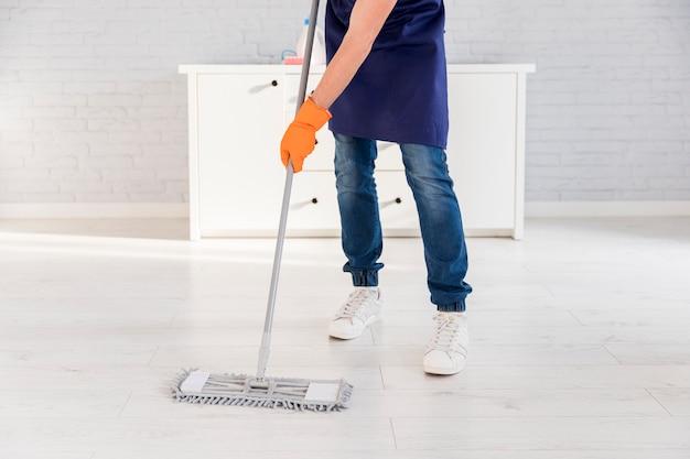 Portret van de mens die zijn huis schoonmaakt