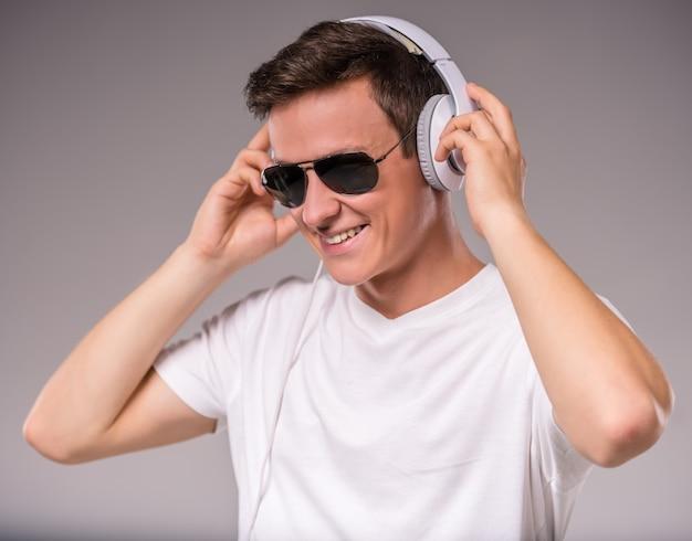 Portret van de mens gebruikt een koptelefoon