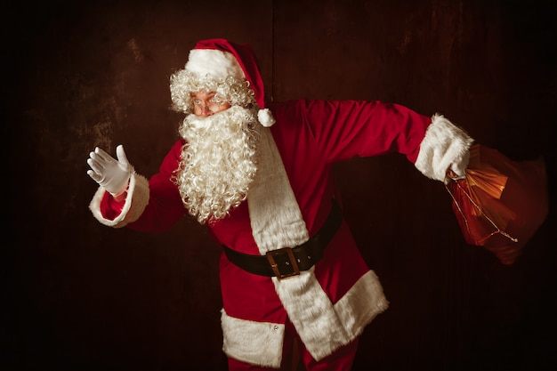 Portret van de mens in santa claus-kostuum