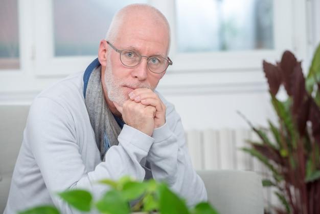 Portret van de mens op middelbare leeftijd met baard en glazen