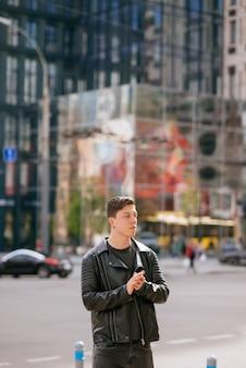 Portret van de mens rondkijken. stijlvolle kleding dragen