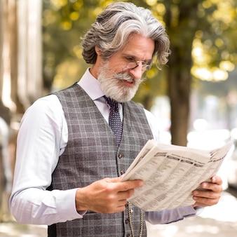 Portret van de moderne krant van de mensenlezing