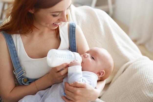 Portret van de moeder die haar baby voedt