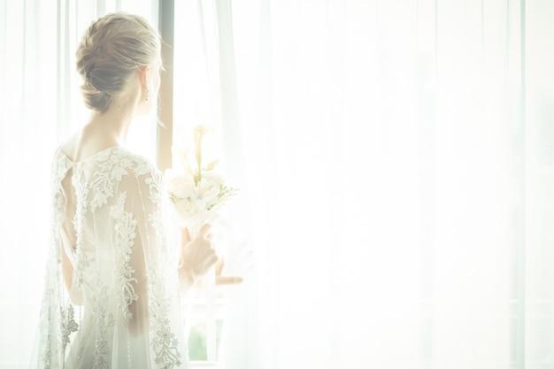 Portret van de mooie bruid die het boeket houdt