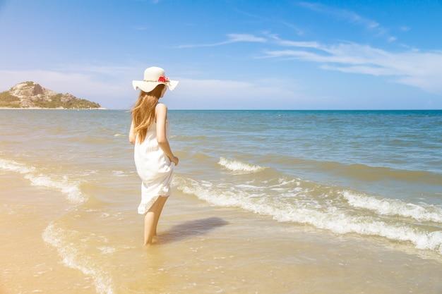 Portret van de mooie jonge aziatische vakantie van de vrouwenzomer op strand, leuke tiener op zee