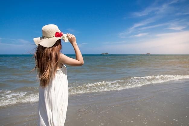 Portret van de mooie jonge aziatische vakantie van de vrouwenzomer op strand