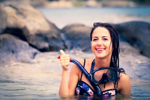 Portret van de mooie jonge vrouw met het duikbril in de zee in griekenland.