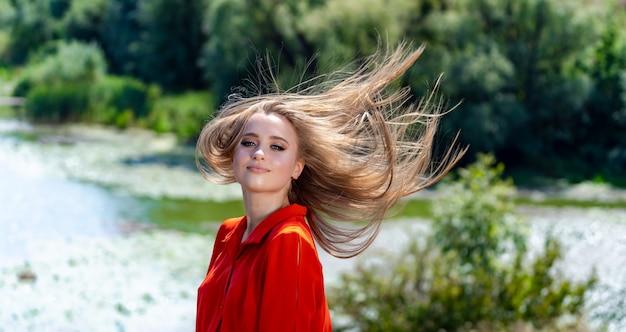 Portret van de mooie sexy vrouw met lang blond haar.