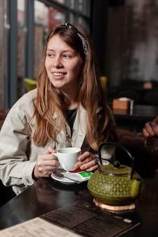Portret van de mooie thee van de vrouwenholding