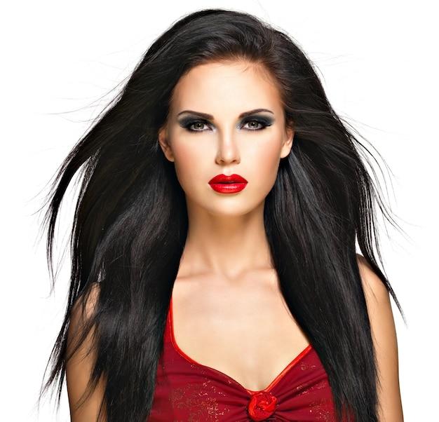 Portret van de mooie vrouw met zwarte rechte haren en rode lippen, avondmake-up. mooi model poseren in de studio