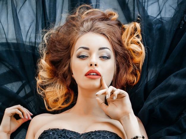 Portret van de mooie vrouw.ombre kleuren kapsel.