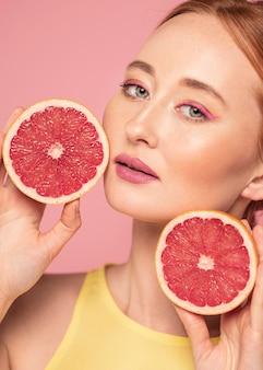Portret van de mooie vruchten van de vrouwenholding