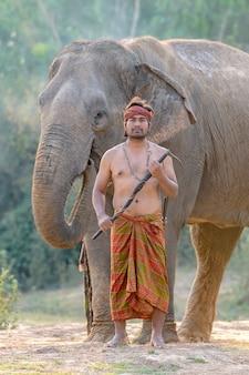 Portret van de olifant mahout staande actie met een vertrouwde olifant