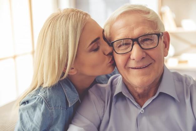 Portret van de oude man en een jong meisje