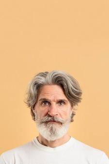 Portret van de oude man met kopie-ruimte